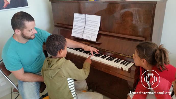 Ni os tomaron contacto con la m sica cl sica en la casa for Casa piscitelli musica clasica
